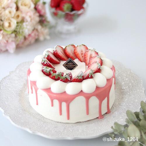 ピンクのドリップケーキとデコレーション
